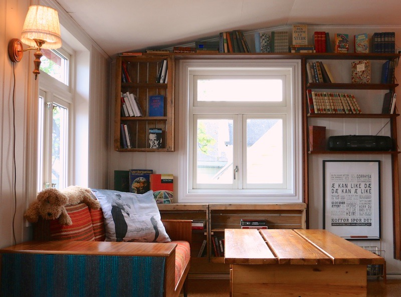 Bed-and-books-living-room-fishermanshome